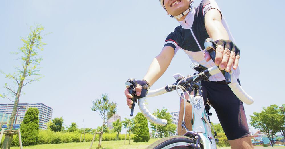 ロードバイクに乗る男性の写真