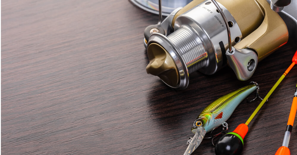 釣り具が机に置かれた画像