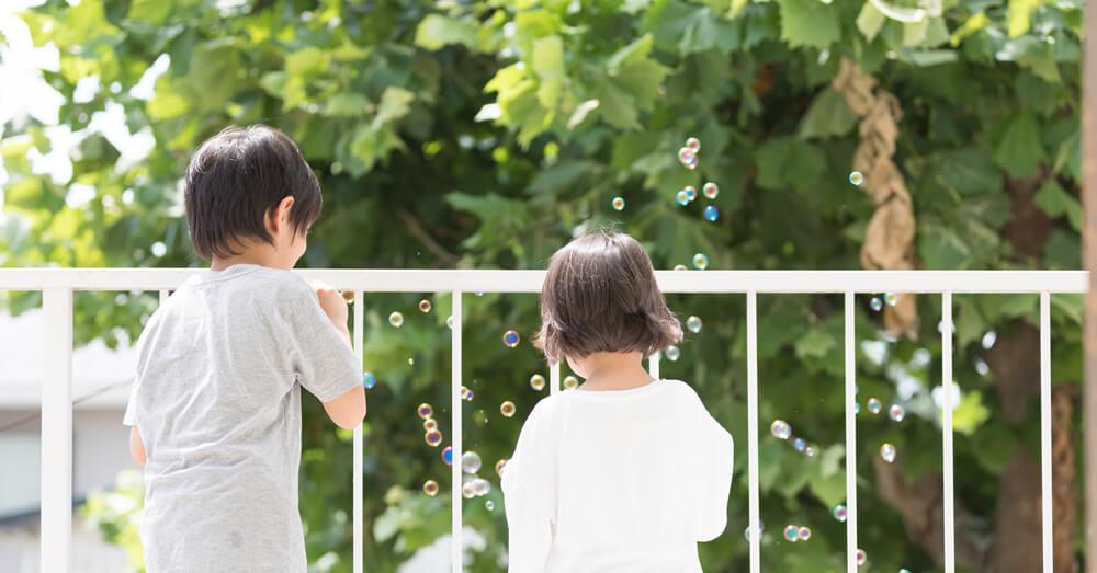 バルコニーで遊ぶ子供のイメージ